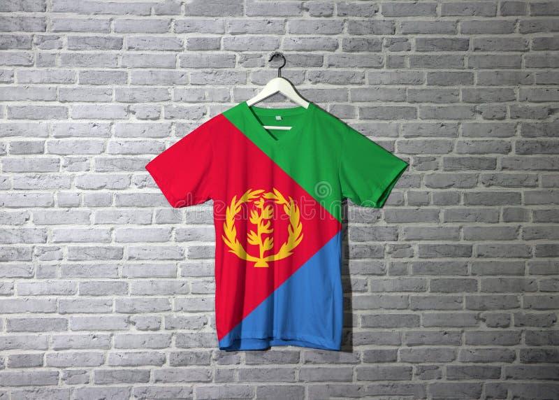 Bandiera dell'Eritrea sulla camicia ed appendere sulla parete con la carta da parati del modello del mattone illustrazione vettoriale