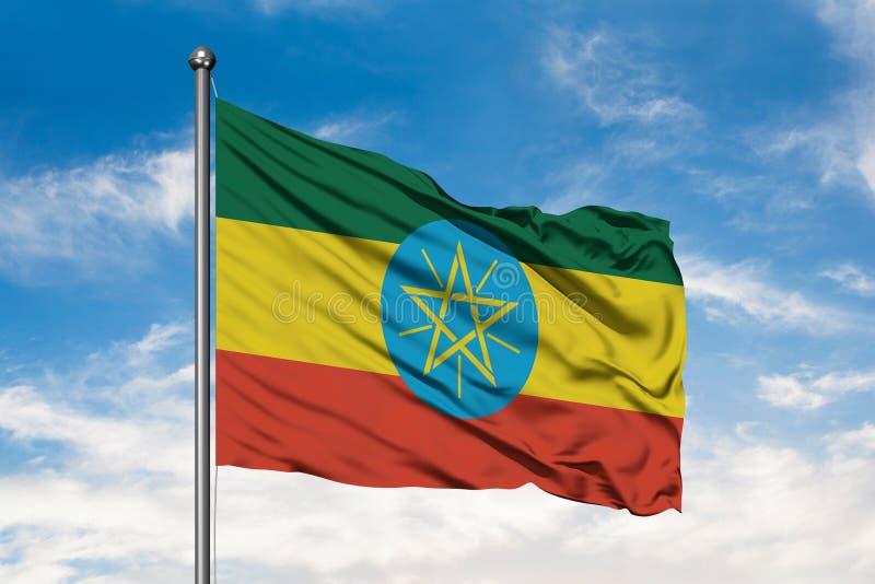Bandiera dell'Etiopia che ondeggia nel vento contro il cielo blu nuvoloso bianco Bandiera etiopica fotografia stock libera da diritti