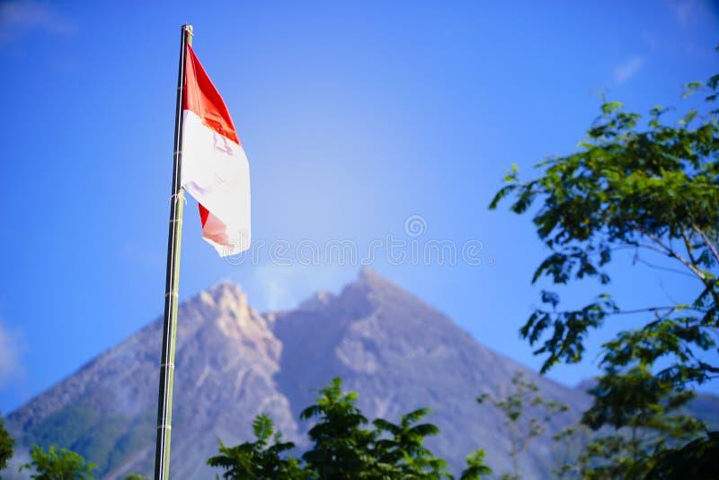 Bandiera dell'Indonesia, festa dell'indipendenza dell'Indonesia con il fondo di mt Merapi fotografia stock libera da diritti