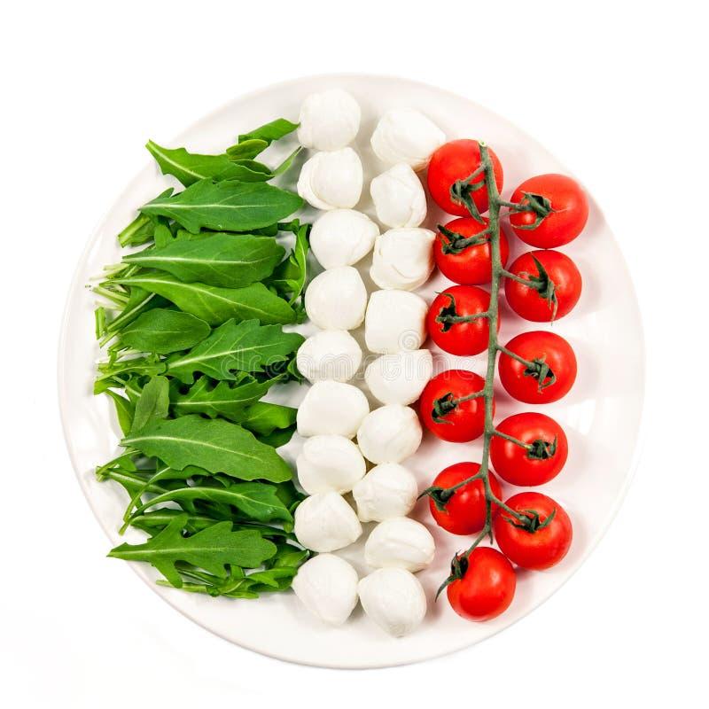 Bandiera dell'Italia dagli ingredienti per insalata sana vegetariana - pomodoro ciliegia, formaggio della mozzarella e rucola in  fotografie stock
