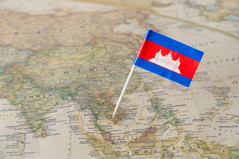 Bandiera della Cambogia su una mappa immagini stock