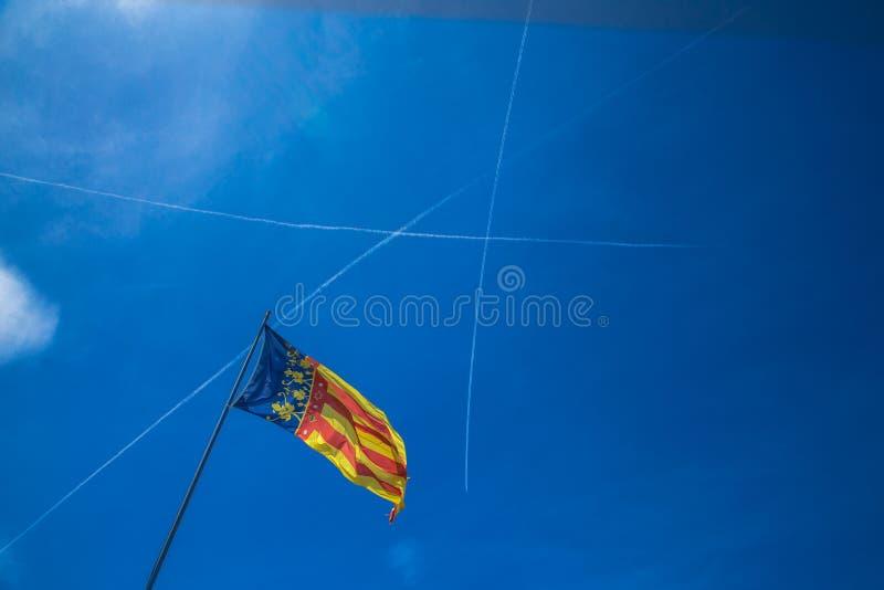 Bandiera della Catalogna a Valencia, Spagna sui precedenti del cielo blu fotografie stock libere da diritti
