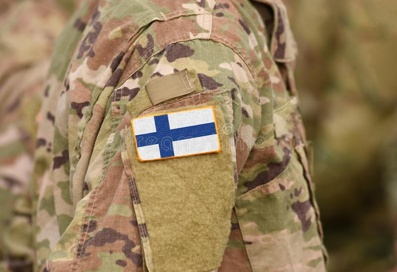 Bandiera della Finlandia sul collage del braccio dei soldati fotografia stock