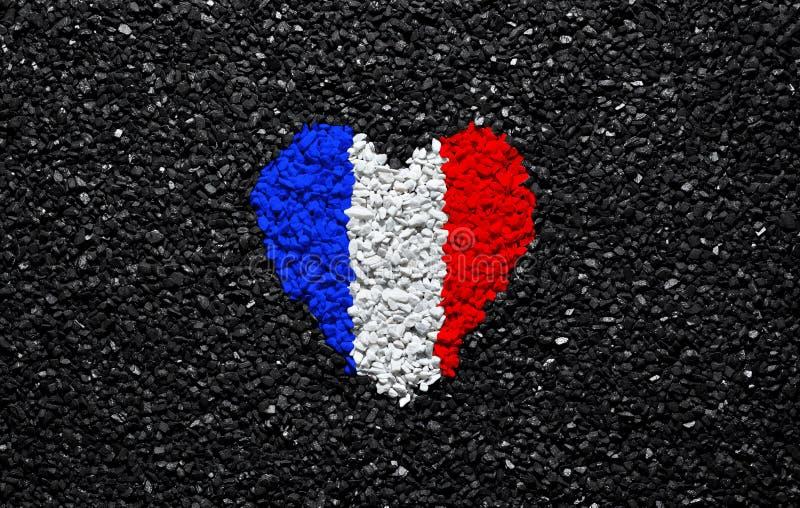Bandiera della Francia, bandiera francese, cuore sui precedenti neri, pietre, ghiaia ed assicella, carta da parati immagini stock libere da diritti
