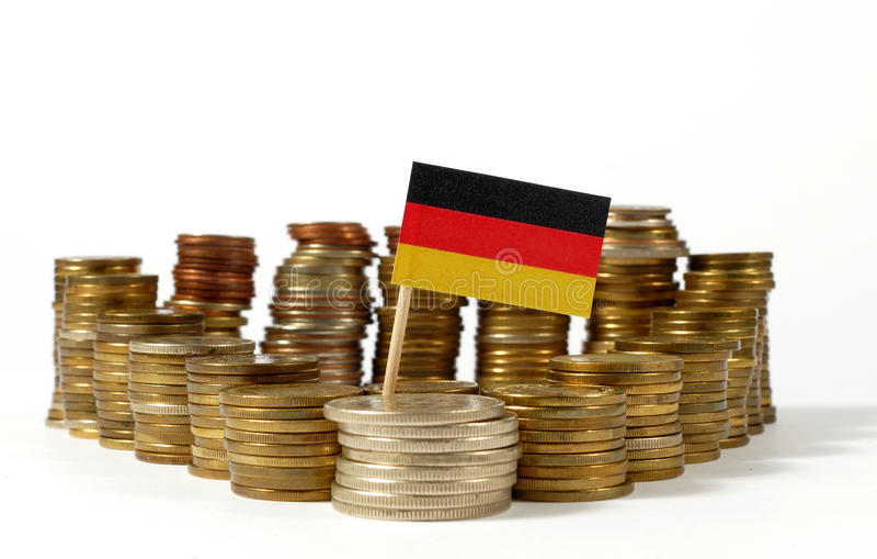 Bandiera della Germania con la pila di monete dei soldi fotografie stock libere da diritti