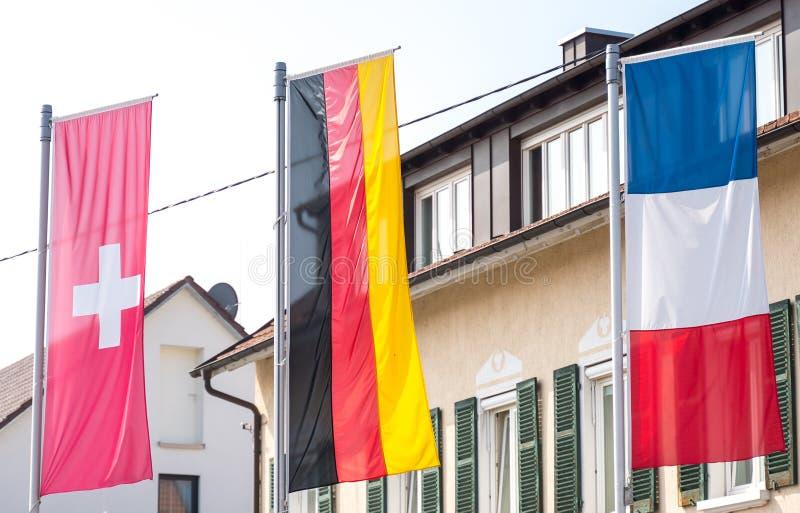 Bandiera della Germania, bandiera svizzera, bandiera francese che soffia nel vento fotografia stock