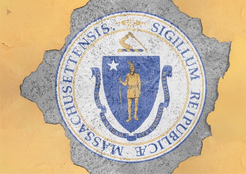 Bandiera della guarnizione di Massachusetts dello stato USA dipinta sul foro concreto e sulla parete incrinata immagini stock libere da diritti