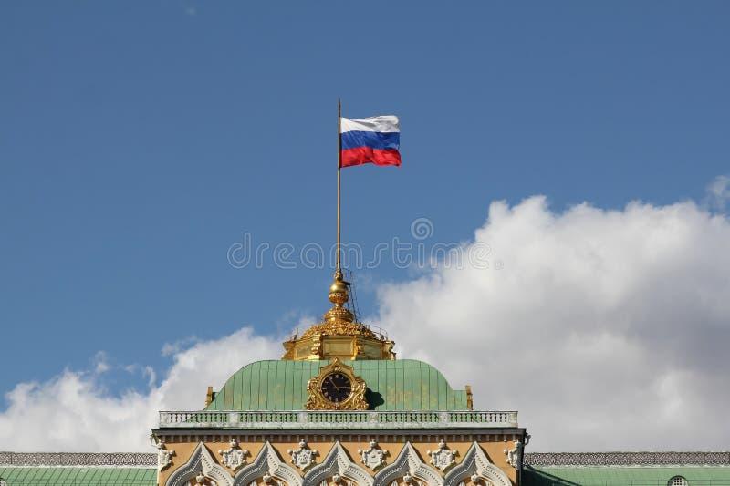 Bandiera della Russia sopra il grande palazzo di Cremlino fotografia stock libera da diritti