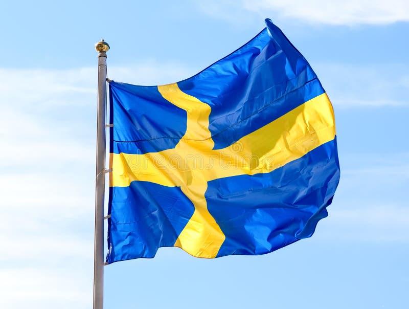 Bandiera della Svezia che ondeggia contro il cielo fotografia stock