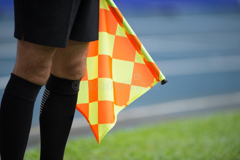 Bandiera della tenuta dell'assistente arbitro fotografie stock libere da diritti
