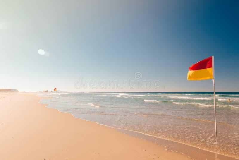 Bandiera di avvertimento della spiaggia fotografie stock