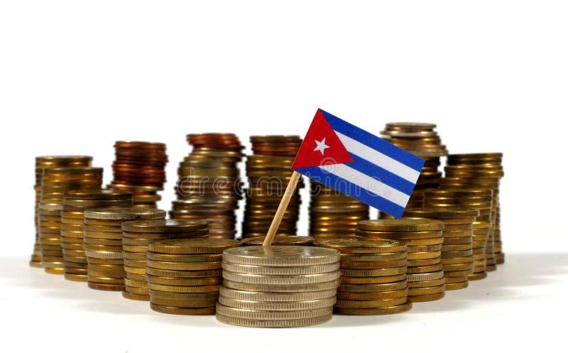 Bandiera di Cuba con la pila di monete dei soldi fotografie stock libere da diritti