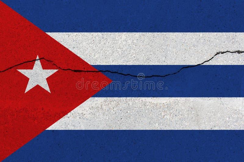 Bandiera di Cuba sul muro di cemento con la crepa fotografie stock