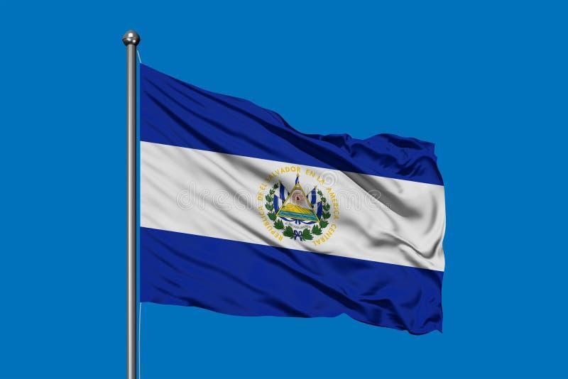 Bandiera di El Salvador che ondeggia nel vento contro il cielo blu profondo fotografie stock