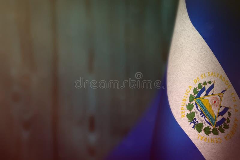 Bandiera di El Salvador per l'onore della giornata dei veterani o del Giorno dei Caduti Gloria agli eroi di El Salvador del conce immagine stock libera da diritti