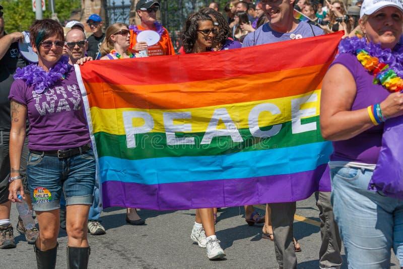 Bandiera di pace in Pride Parade fotografia stock libera da diritti