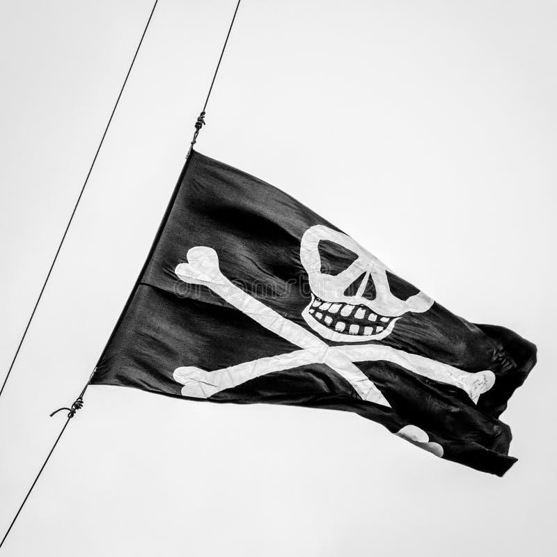 Bandiera di pirata alta della nave di KRI Dewaruci - B&W immagine stock