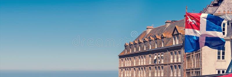 Bandiera di Saint Malo e case, fondo panoramico, Brittany France fotografia stock