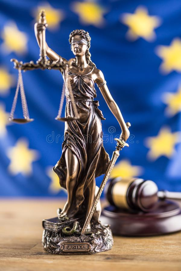 Bandiera di signora Justice e di Unione Europea Simbolo di legge e di giustizia fotografie stock