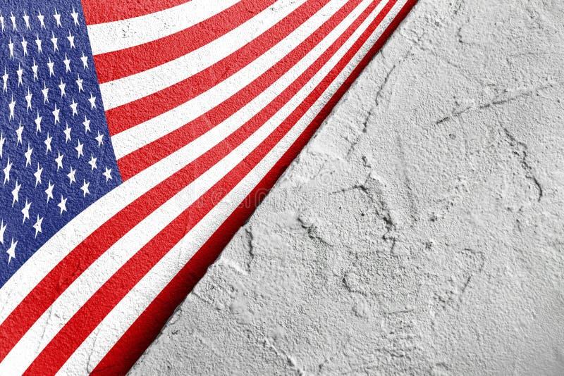 Bandiera di U.S.A. nell'angolo con un triangolo sui precedenti di gesso grigio ruvido, posto per testo, vista superiore, festa de immagini stock