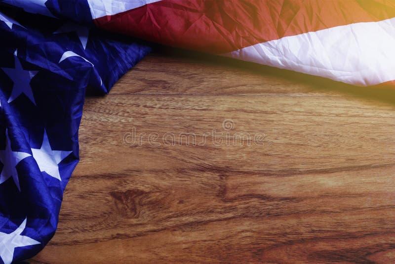 Bandiera di U.S.A. sul bordo di legno di Brown fotografie stock