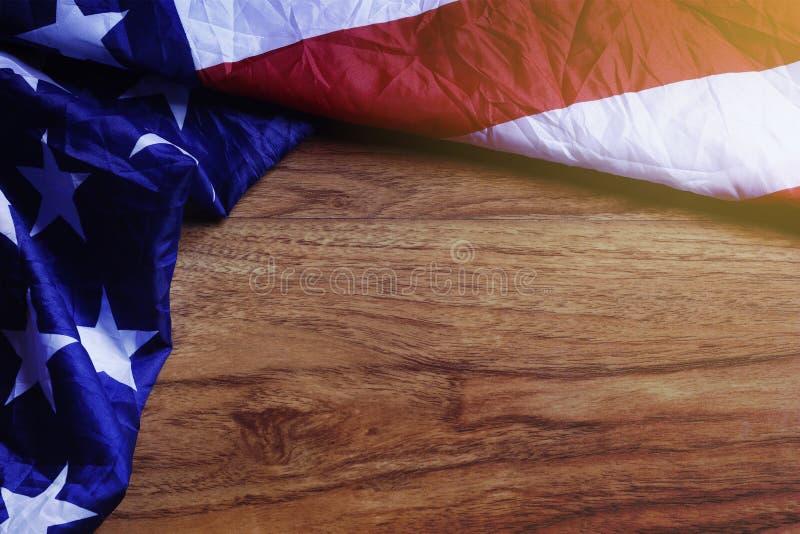 Bandiera di U.S.A. sul bordo di legno di Brown immagine stock libera da diritti