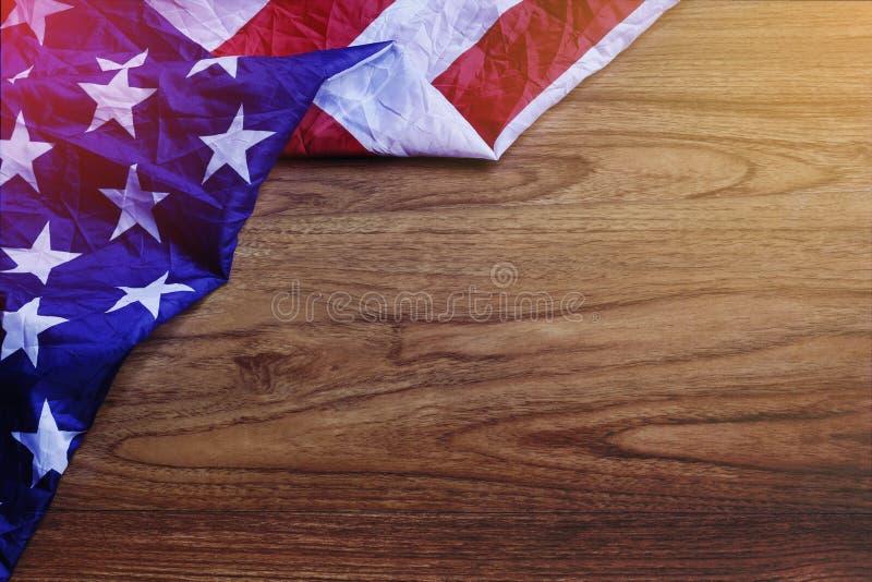 Bandiera di U.S.A. sulla scena del bordo di legno di Brown immagini stock libere da diritti