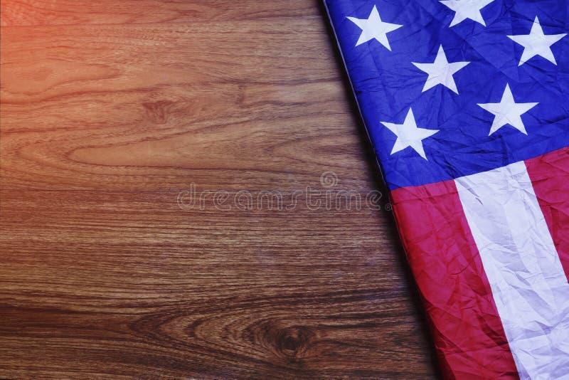 Bandiera di U.S.A. sulla scena del bordo di legno di Brown immagine stock libera da diritti