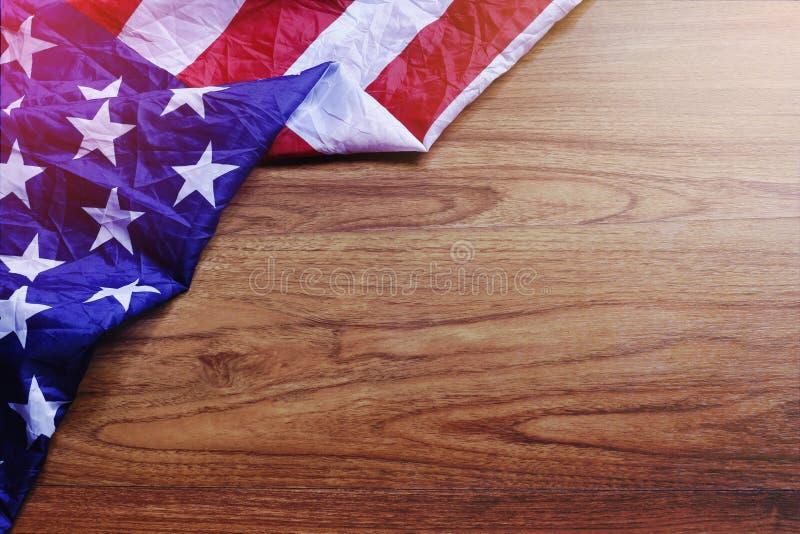 Bandiera di U.S.A. sulla scena del bordo di legno di Brown fotografie stock