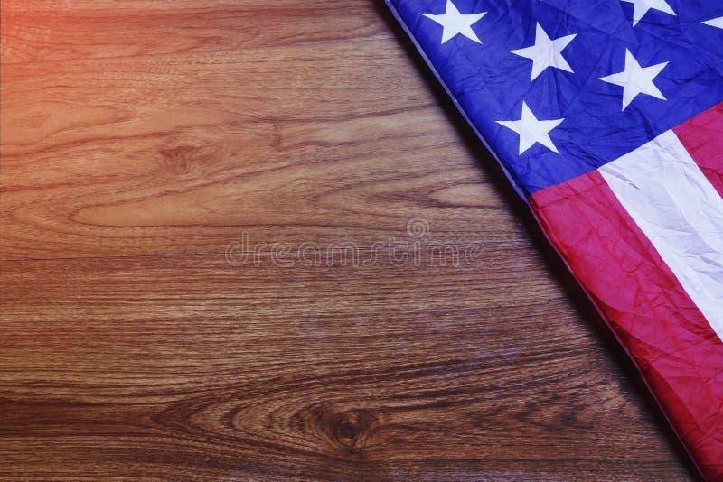 Bandiera di U.S.A. sulla scena del bordo di legno di Brown fotografia stock libera da diritti