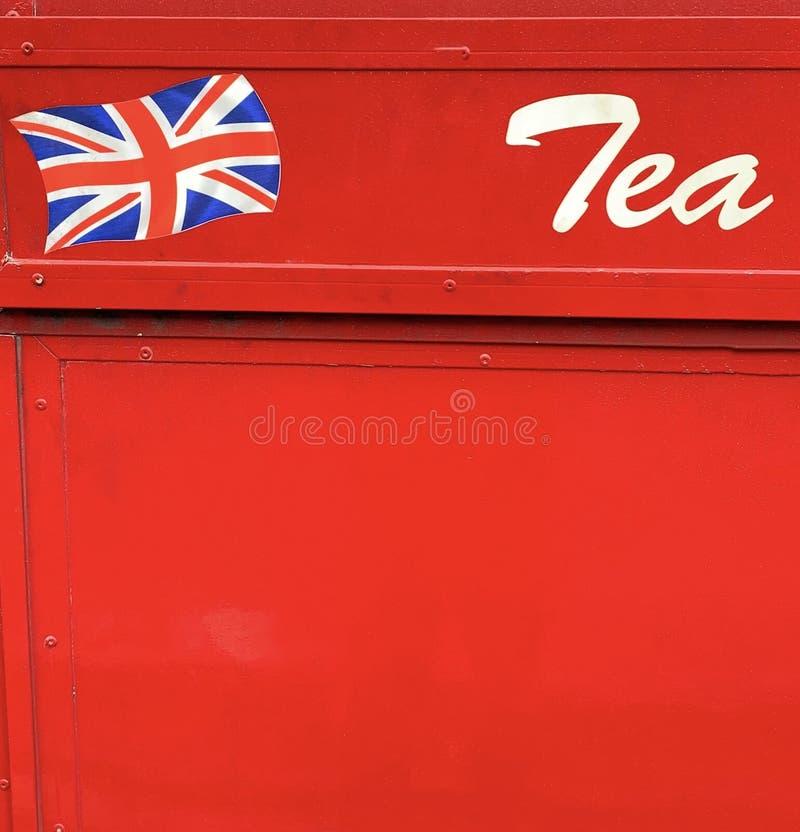 Bandiera di Union Jack e segno del tè con fondo rosso fotografia stock