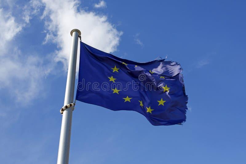 bandiera di Unione Europea contro cielo blu immagini stock libere da diritti