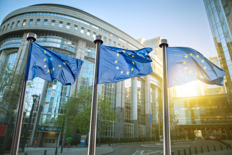 Bandiera di Unione Europea contro il Parlamento a Bruxelles fotografie stock libere da diritti