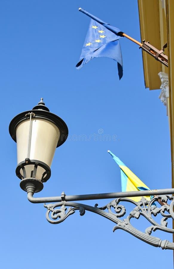 Bandiera di Unione Europea e dell'iluminazione pubblica fotografia stock libera da diritti