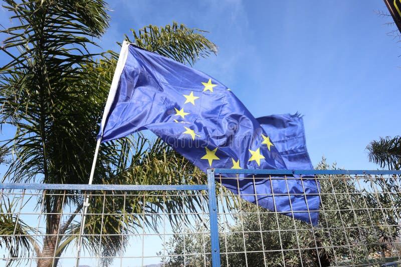 Bandiera di Unione Europea su un fondo di cielo blu fotografia stock libera da diritti