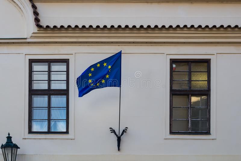 Bandiera di Unione Europea sulla parte anteriore di una costruzione immagine stock libera da diritti