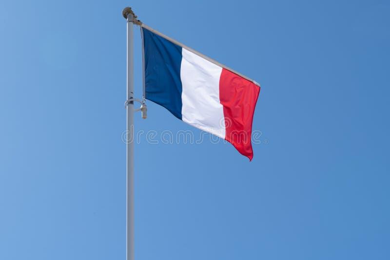 Bandiera francese che soffia nel vento in blu bianco immagini stock libere da diritti
