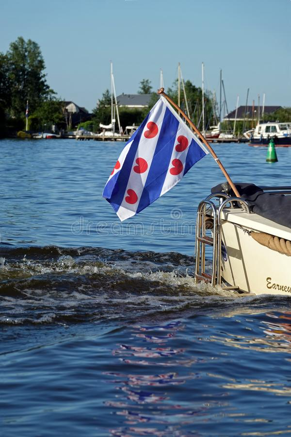 Bandiera frisone sul crogiolo di corvetta sul lago vicino a Grou in Frisia, Paesi Bassi fotografia stock