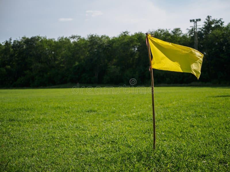Bandiera gialla all'angolo del campo di calcio bandiera di sport e conce del segno immagine stock libera da diritti