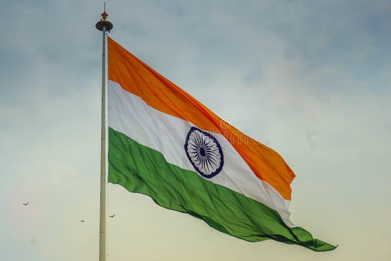 Bandiera indiana che ondeggia nel vento immagine stock libera da diritti