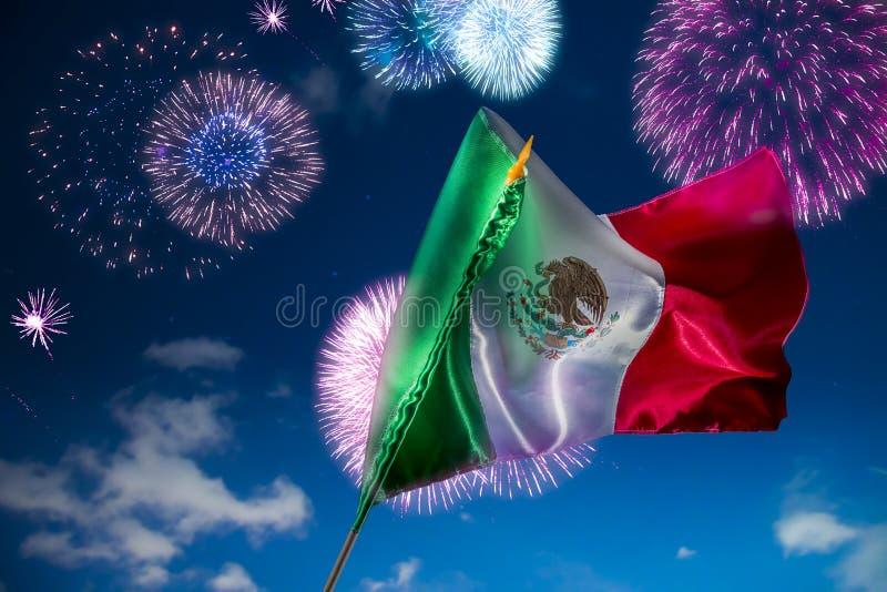 Bandiera messicana con i fuochi d'artificio, festa dell'indipendenza, cinco de Mayo cel immagini stock libere da diritti