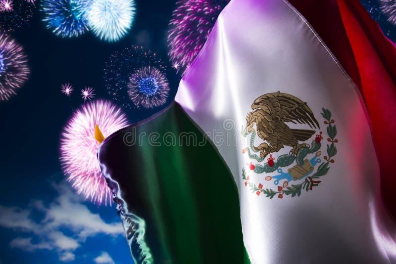 Bandiera messicana con i fuochi d'artificio, festa dell'indipendenza, cinco de Mayo cel fotografia stock