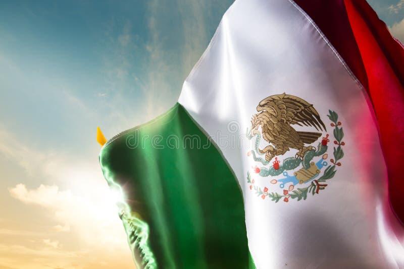 Bandiera messicana contro un cielo luminoso, festa dell'indipendenza, cinco de ma fotografie stock