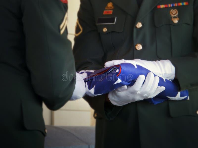 Bandiera militare di Folds United States della guardia di onore al funerale del veterano fotografia stock libera da diritti