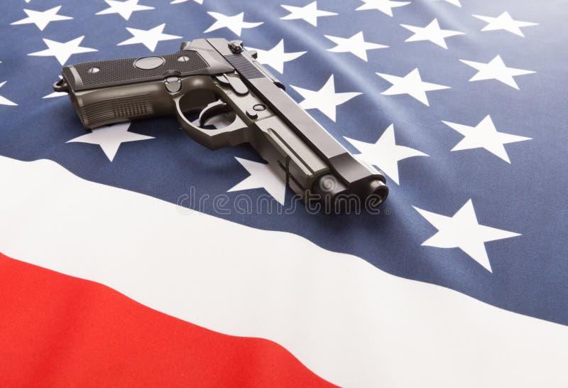 Bandiera nazionale con la pistola della mano sopra serie - Stati Uniti fotografie stock