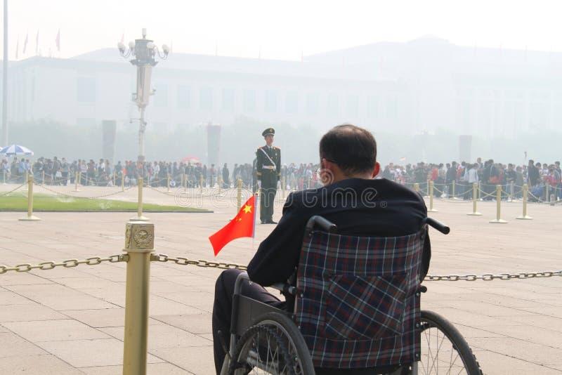 Bandiera nazionale del fronte dell'uomo anziano immagine stock libera da diritti