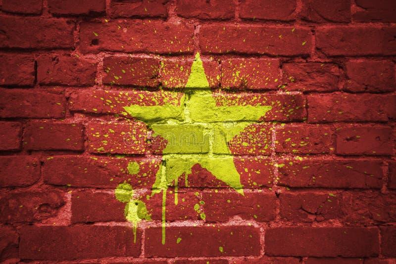 Bandiera nazionale dipinta del Vietnam su un muro di mattoni immagine stock libera da diritti