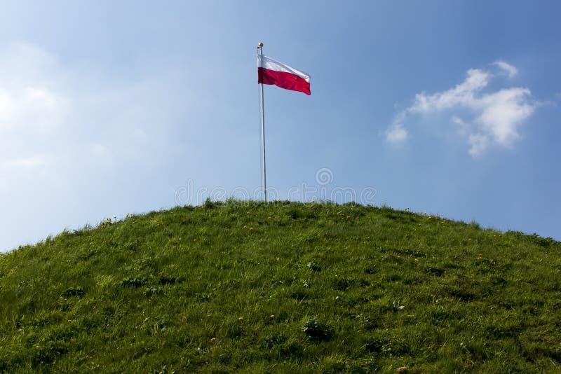 Bandiera nazionale polacca alla sommità del monticello di liberazione fotografia stock libera da diritti