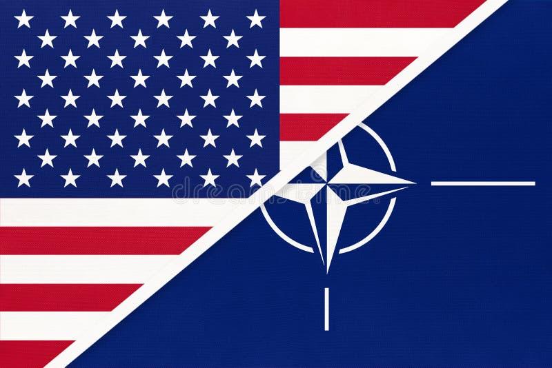 Bandiera nazionale USA contro Organizzazione del trattato del Nord Atlantico, simbolo e simbolo dell'Alleanza internazionale fotografia stock libera da diritti