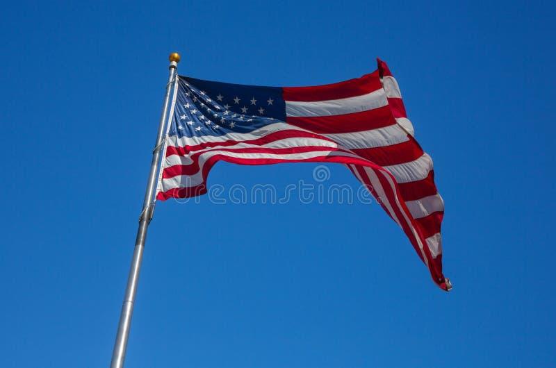 Bandiera nobile degli Stati Uniti d'America che ondeggiano sul vento su Cl fotografia stock